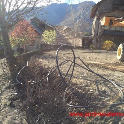 Jardín y rótulo vegetativo en taluz