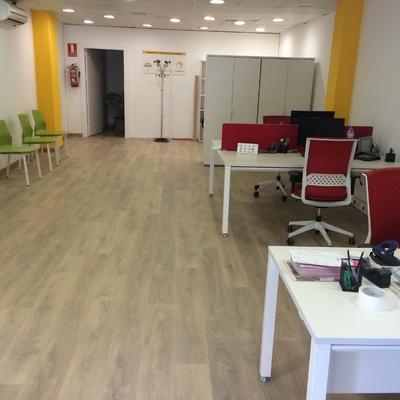 Instalación de suelo laminado en la oficina