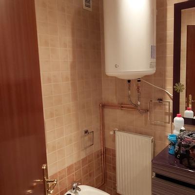 Instalación de termo eléctrico de 80 litros en baño