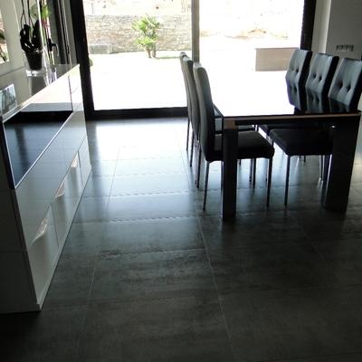 Interior con porcelánico