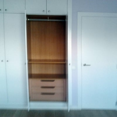 interior de armario y vista de puerta de paso lacada en blanco
