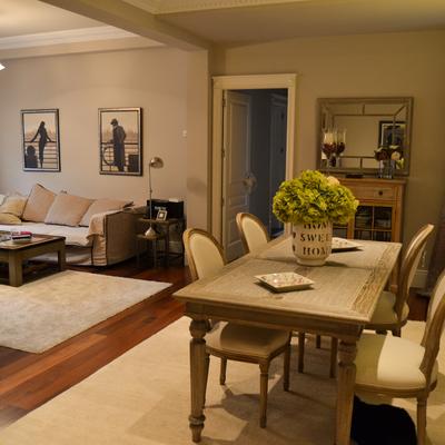 Una vivienda de estilo clásico en tonos tostados