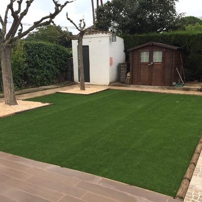 Dos jardines de cesped artificial con playa y uno dé tepes