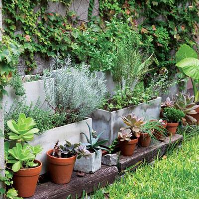 Jardín con macetas de hormigón