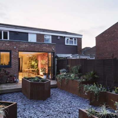 jardín con suelo de corteza