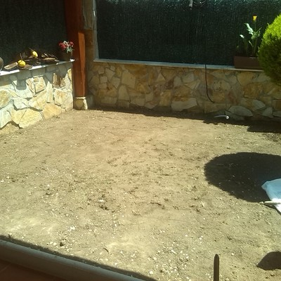 Jardin con cesped artificial