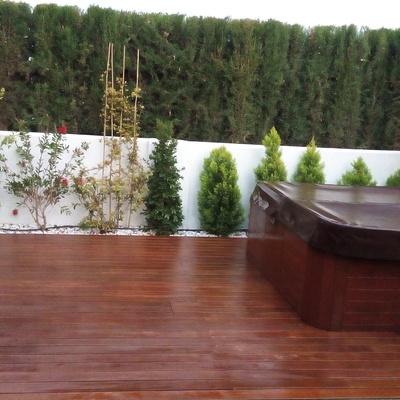 Restauración madera de un patio y una bañera hidromasaje