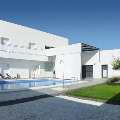 Jardín interior con huerto y piscina