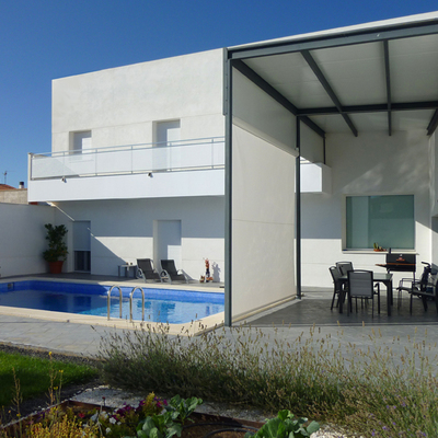 Una casa moderna y formada en dos volúmenes