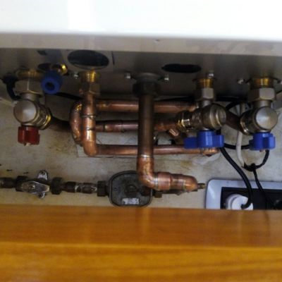 Cambio de caldera. Reforma de tubos en cobre en mínimo espacio y respetando los diámetros máximos.