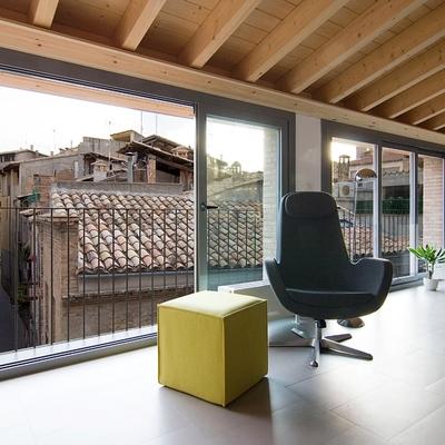 Una casa moderna y funcional con vigas de madera vistas