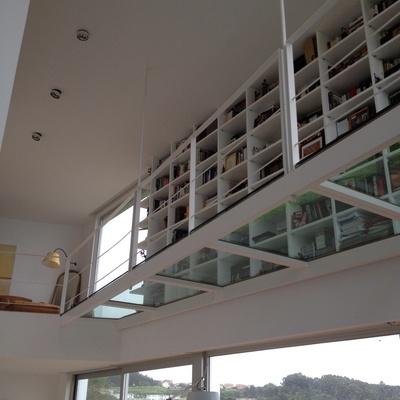 Librería en salon con vistas