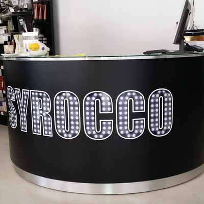Logo de la empresa con vinilo de impresión.