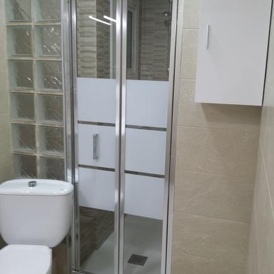Mampara con puerta plegable