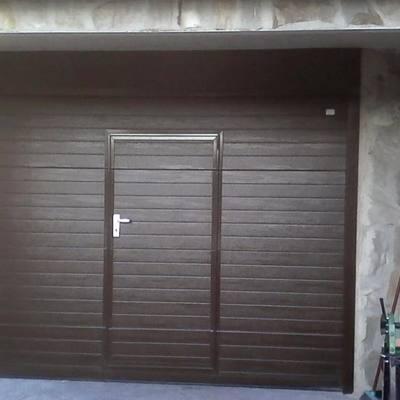 Puertas seccionales con puerta peatonal insertada.