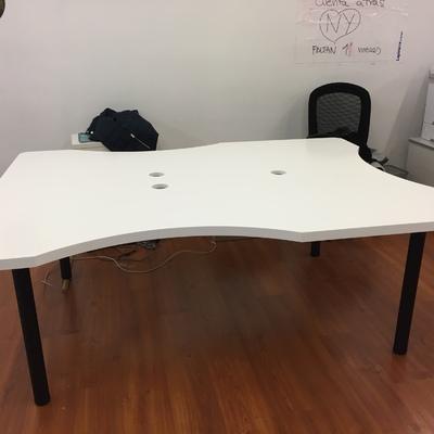 Fabricación de mesas a medida para oficina. Lacadas en blanco y con patas metálicas circulares de color  negro.