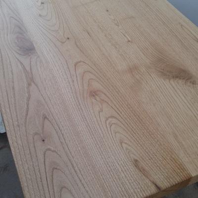 Mesa madera de castaño y estructura pletina pintada blanco.