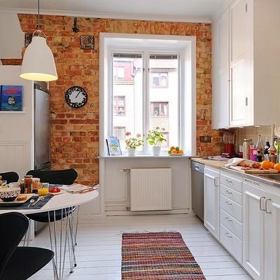 Mesa en la cocina con sillas negras