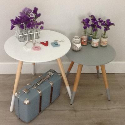 Mesitas de estilo nórdico, letras decorativas y lecherita