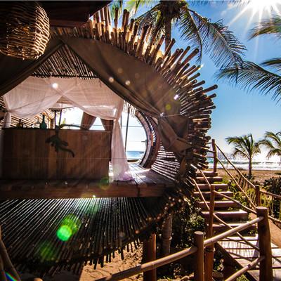 casa de árbol hecha de bambú terraza