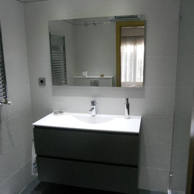 Baño pizarra blanca y gris