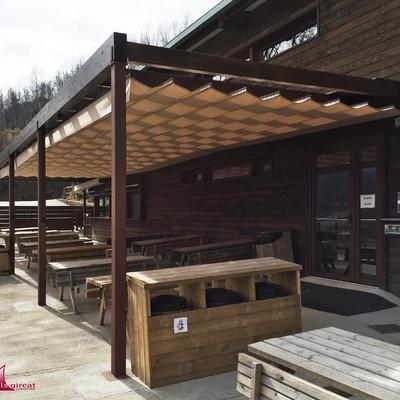 Molló Parc. pérgola de madera con toldos correderos