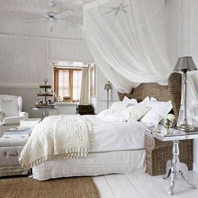 mosquitera en dormitorio blanco