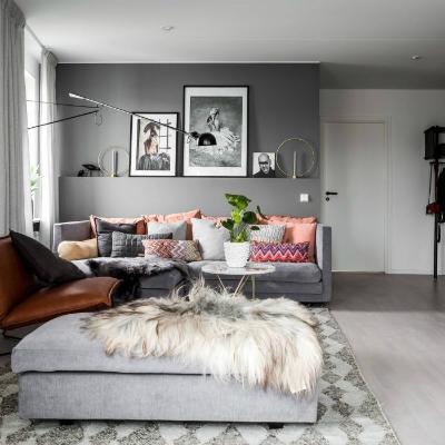 Base gris y toques de color en este elegante apartamento