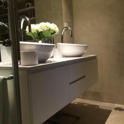 Mueble a medida en baño con acabado en microcemento