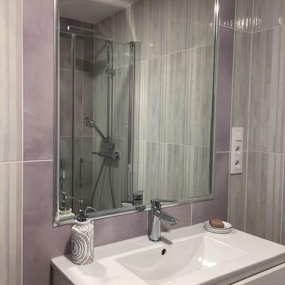 Mueble de baño en baño de habitación principal y espejo encastrado.