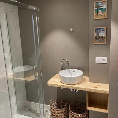 Mueble de baño en madera de pino norte.