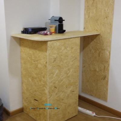 Panelado de paredes y separación con puerta corredera de  dos ambientes de oficina con OSB