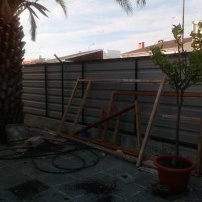 Construccion de muro de bloques de hormigon y diseño de parcela
