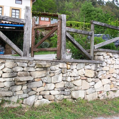 Muro de piedra tradicional con pasera