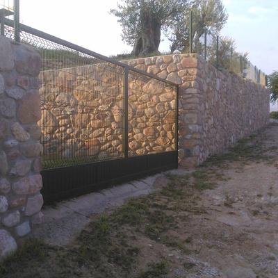 Muro + puerta automática - zona del huerto
