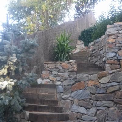 Muros de piedra y escaleras traviesas