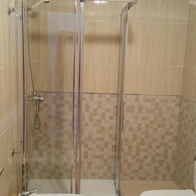Sustitución de bañera por plato de ducha y colocación de mampara