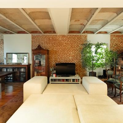 Un loft con carácter: muros de ladrillo y bovedilla de hormigón