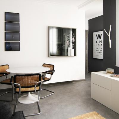 Un apartamento de 45 m2 de estilo moderno y en tonos oscuros