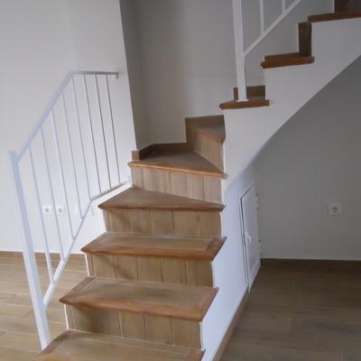 Nueva escalera de mamperlanes de madera y porcelánico imitación madera