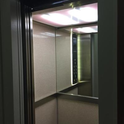 Reforma en un ascensor de las puertas exteriores sin necesidad de obra civil, modernización de la instalación eléctrica, grupo tractor y decoración de cabina!