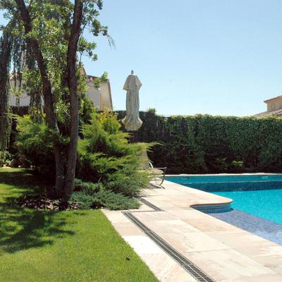 Jardín y piscina en vivienda unifamiliar.  El Encinar de los Reyes, Madrid