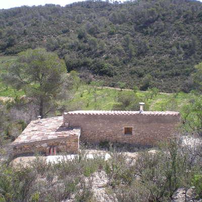 De edificación en ruinas a casa integrada con el medio