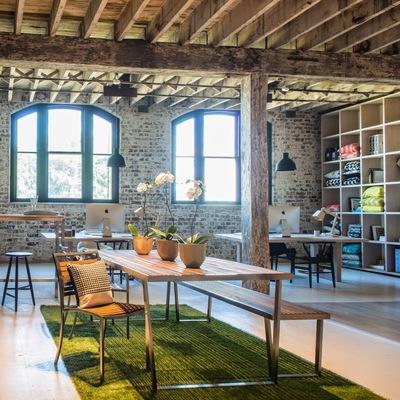 oficina con alfombra de césped artificial