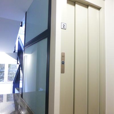 Solución interior. Demolición para instalación de ascensor