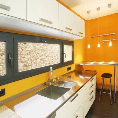 Una casa estrecha y alargada con toques naranjas