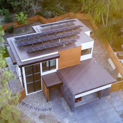 Una casa construida que obtiene toda su energía del sol