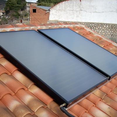 Paneles solares térmicos colocados en tejado.