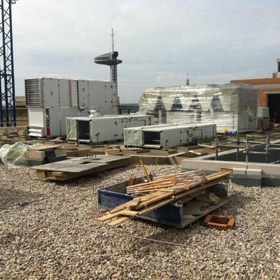 Suministro e instalación de pantalla acústica, cerramiento de climatización,  residencia de estudiantes,  Plaza Cristo Rey  (Madrid)