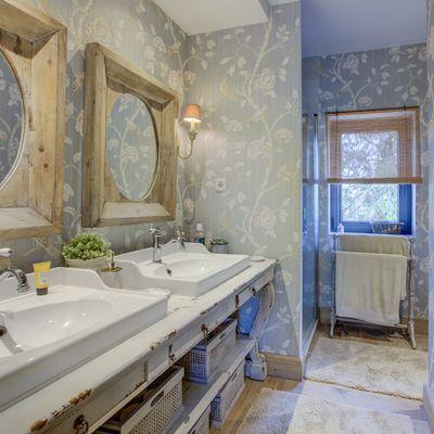 Decora tu baño con papel pintado